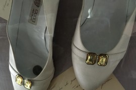 A PAIR OF GUCCI SHOES.